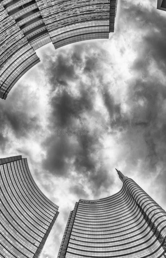 Нижний взгляд башни Unicredit, иконического небоскреба в Милане, Ital стоковое фото rf