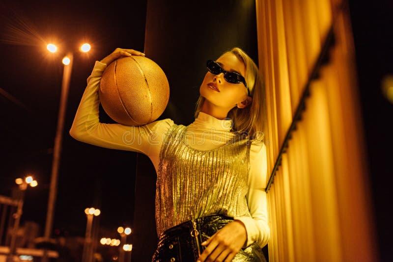 нижний взгляд красивой женщины стоковая фотография rf