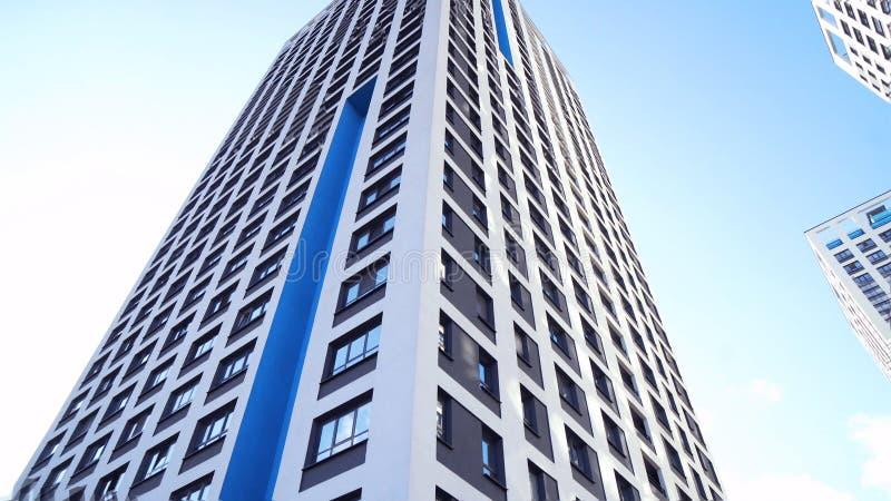 Нижний взгляд новых жилых многоэтажных зданий с голубым небом городская среда Рамка Самые новые жилые комплексы стоковое фото