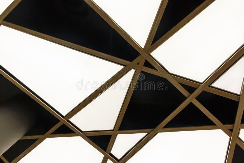 Нижний взгляд современного белого триангулярного потолка стоковые изображения