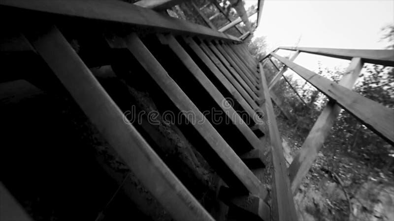 Нижний взгляд старой предпосылки неба лестниц черно-белой footage Тайский деревянный стиль лестницы дома Старый деревянный мост н стоковые изображения