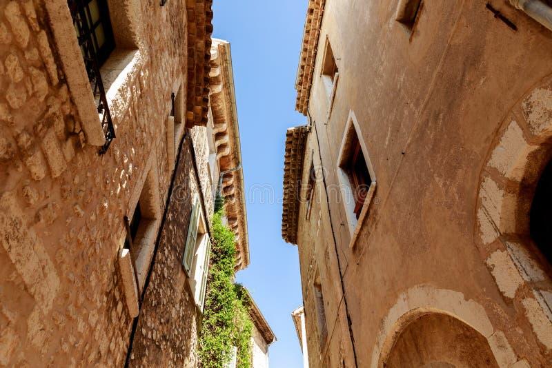 нижний взгляд фасадов старых каменных зданий на старом европейском городке, Антибе, Франции стоковое фото rf