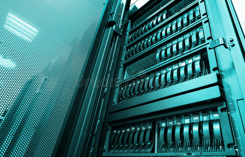 Нижний взгляд на большом сервере шкафа с множественными жесткими дисками в современном центре данных стоковые фотографии rf