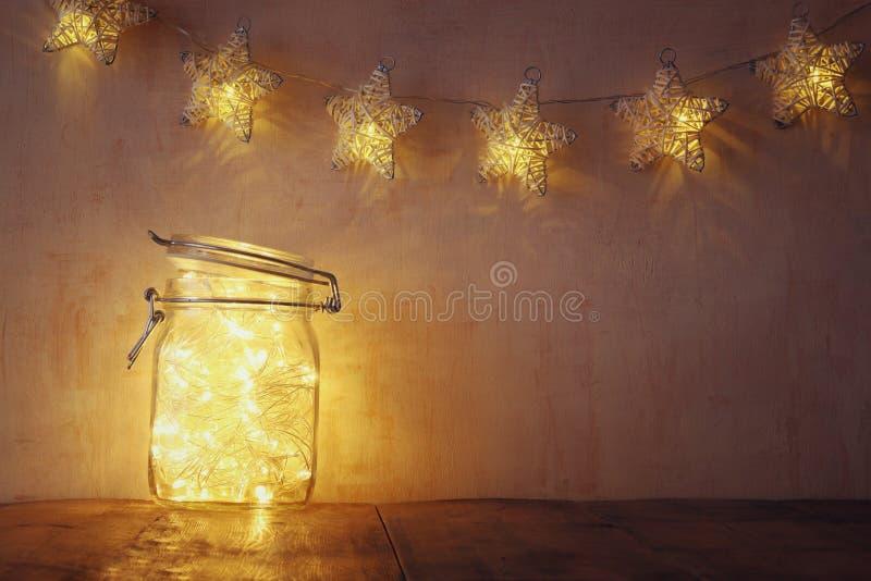 Низкие ключ и год сбора винограда фильтровали изображение fairy светов в опарнике каменщика с Селективный фокус стоковые фото