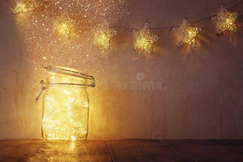 Низкие ключ и год сбора винограда фильтровали изображение fairy светов в опарнике каменщика с Селективный фокус стоковое фото