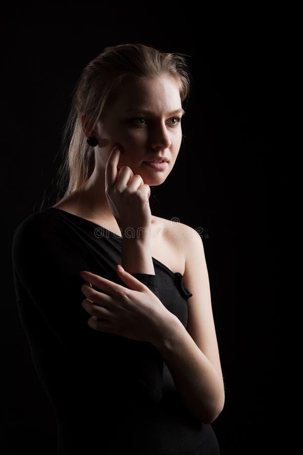 Низкий ключевой портрет молодой женщины стоковые изображения rf