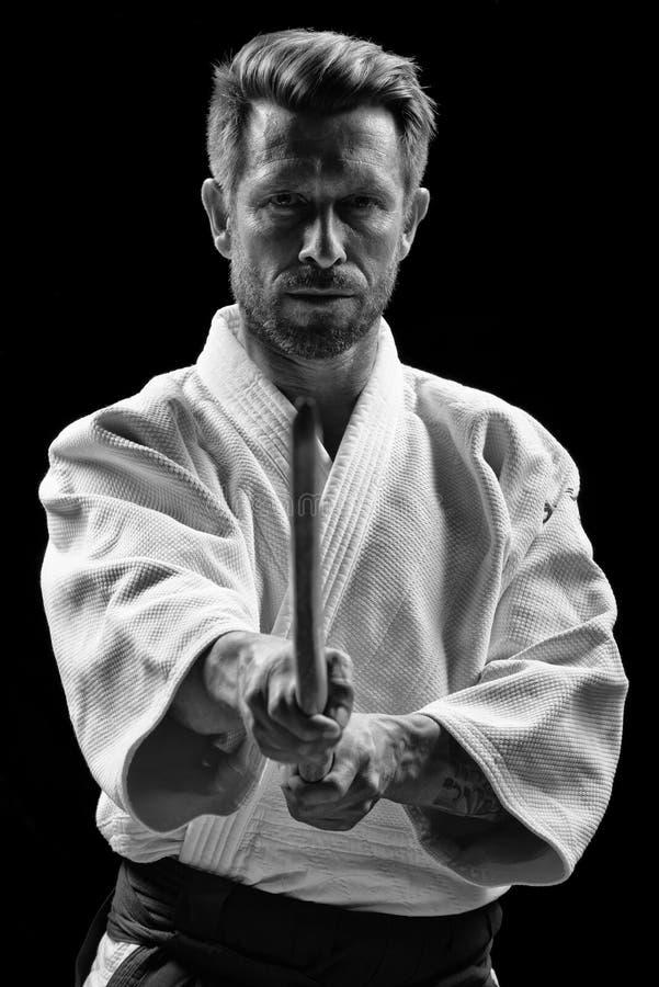 Низкий ключевой портрет мастера айкидо стоковое фото rf