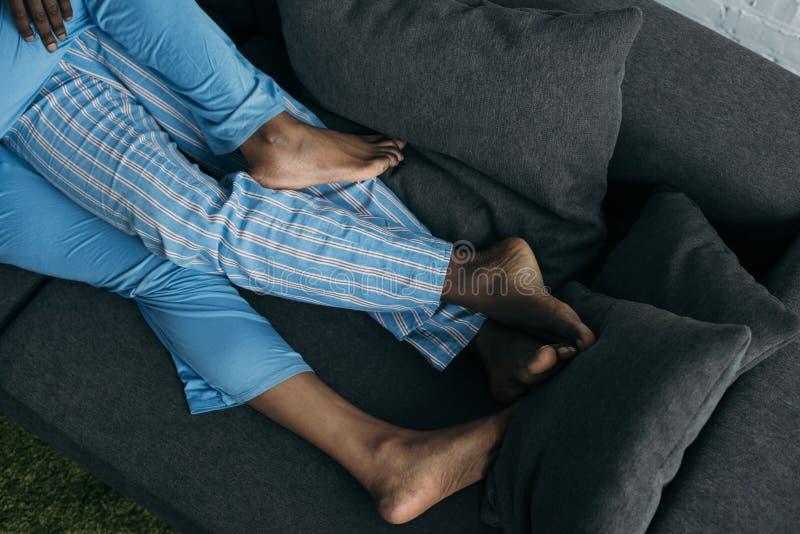 низкий раздел молодых пар в пижамах лежа совместно стоковые изображения