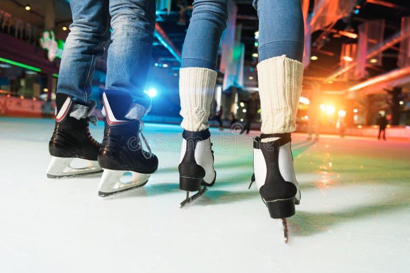 низкий раздел пар в катании на коньках коньков стоковые фотографии rf