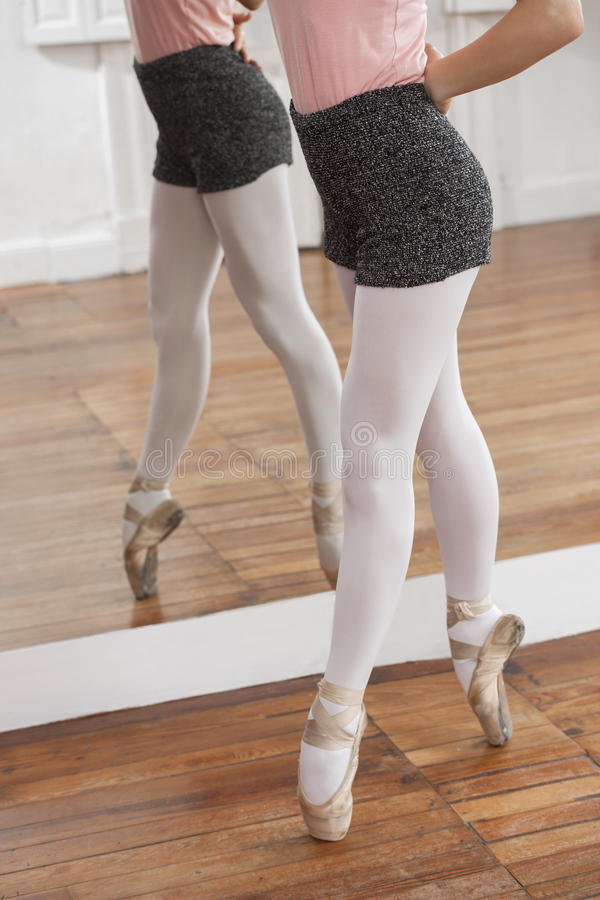 Низкий раздел балерины выполняя Pointe стоковое фото