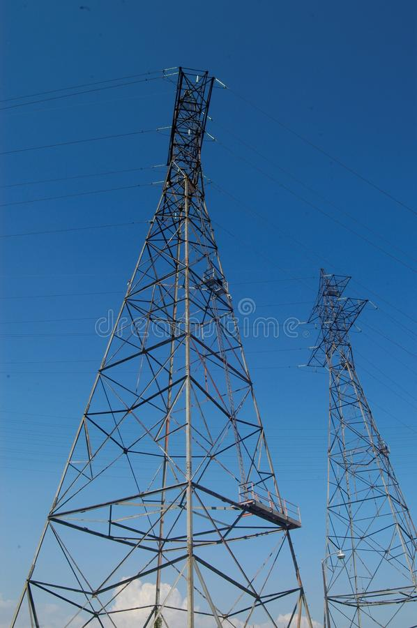 Низкий угол башен высокой напряженности против ясного голубого неба стоковая фотография rf