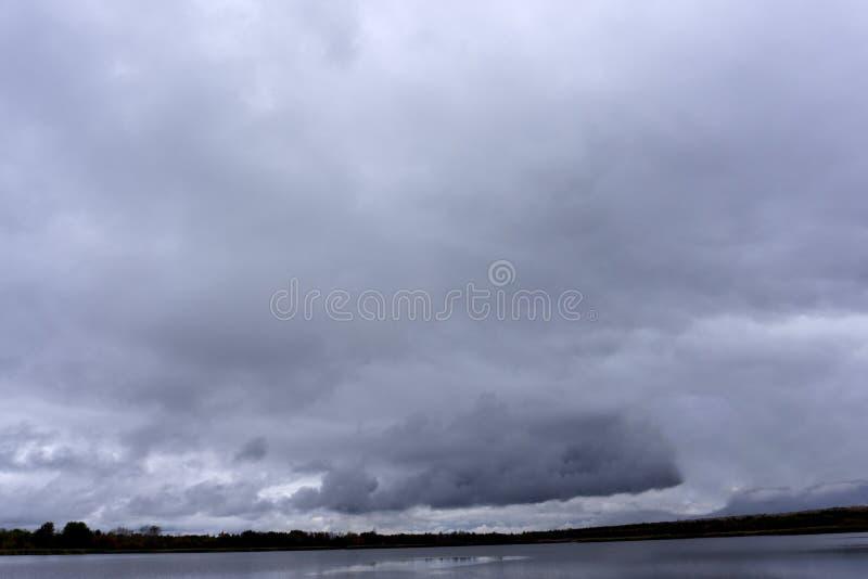 Низкий уровень слоя абстрактной опасности неба overcast хмурый серый стоковое изображение rf