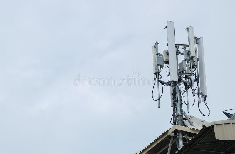 низкопробная голубая башня радиосвязей станции неба мобильного телефона стоковые изображения rf