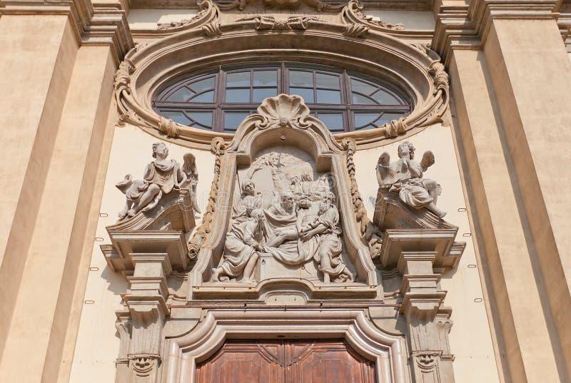 Низложение tympanum Христоса в милане, Италии стоковые изображения
