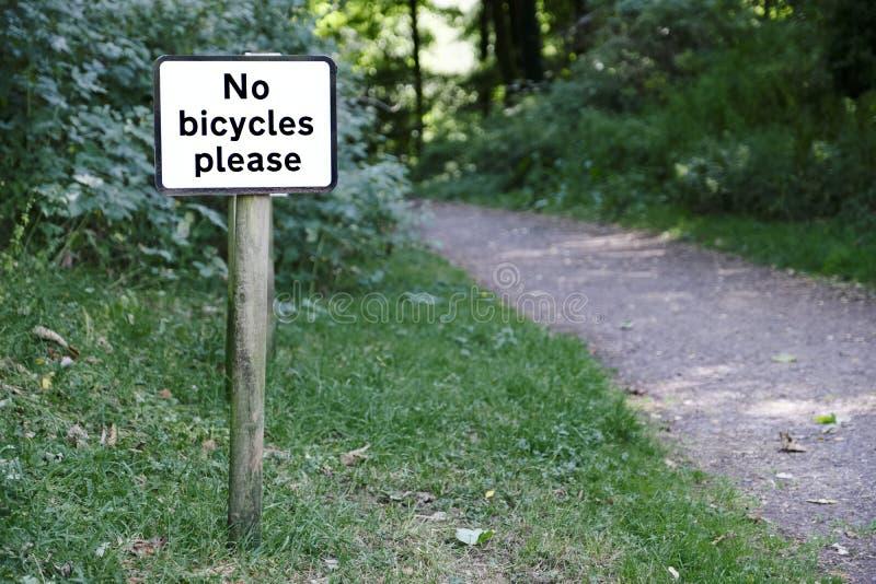 Никакие велосипеды или велосипедисты не угождают подписывают внутри путь Великобританию сельской сельской местности частный общес стоковые фото