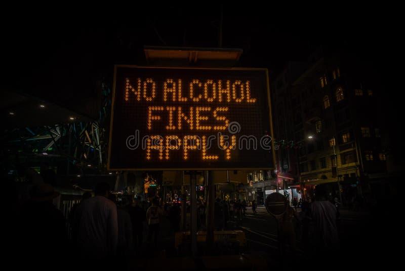 Никакие штрафы спирта не прикладывают знак запрещая потребление спирта стоковое изображение