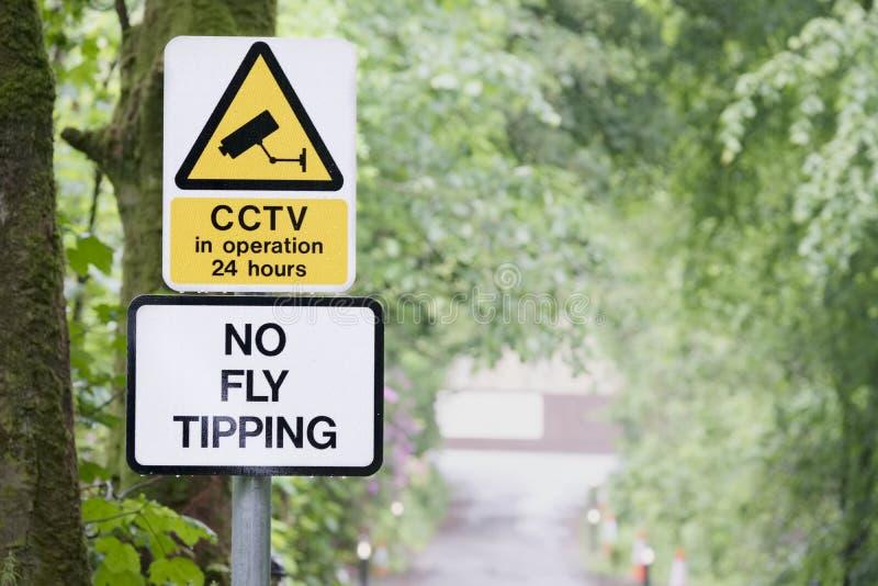 Никакой наклонять мухы не подписывает в красивом саде ландшафта стоковая фотография