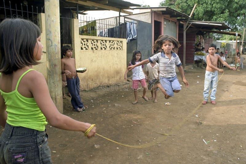 Никарагуанские дети пока скача веревочка на улице стоковое изображение