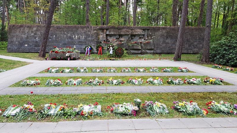 Никто не забыт, ничего не забыто Массовая могила погибших солдат Юрмала, Латвия, май 2019 года стоковые изображения