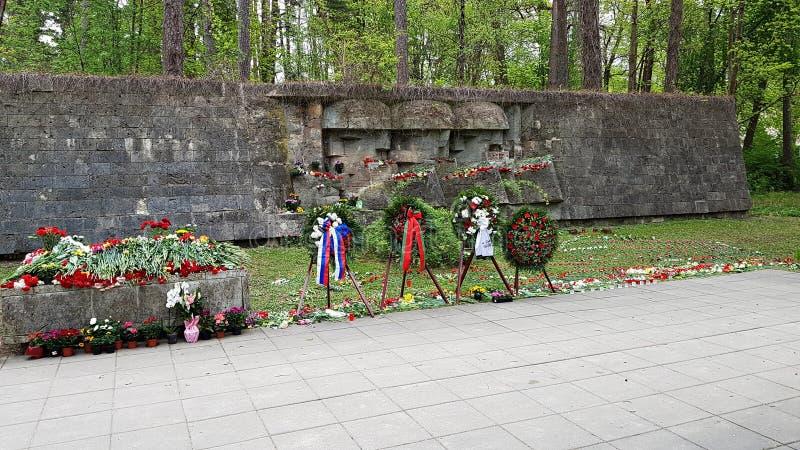 Никто не забыт, ничего не забыто Массовая могила погибших солдат Юрмала, Латвия, май 2019 года стоковое изображение rf