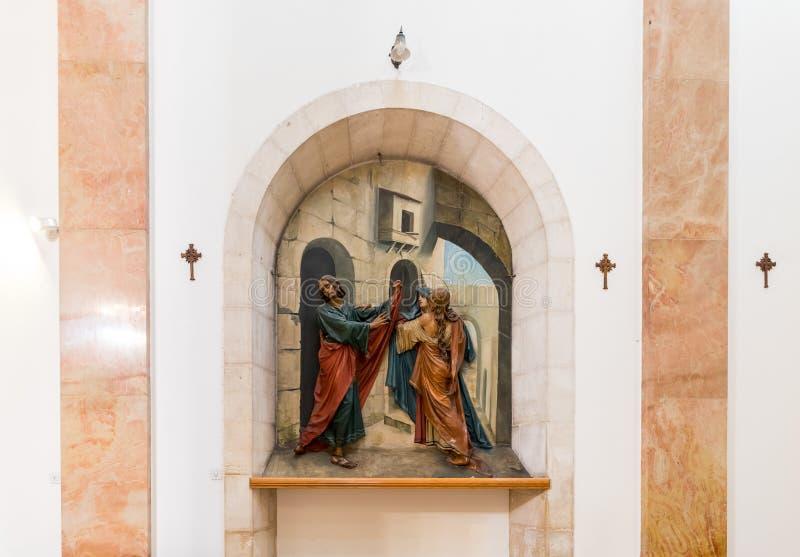 Ниша с барельеф показывая Иисус Христа с 2 апостолами в церков осуждения и верстки креста близко стоковые фото