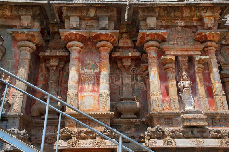 Ниши и kumbhapanjaras, южная стена, висок Airavatesvara, Darasuram, Tamil Nadu Взгляд от юга стоковая фотография rf