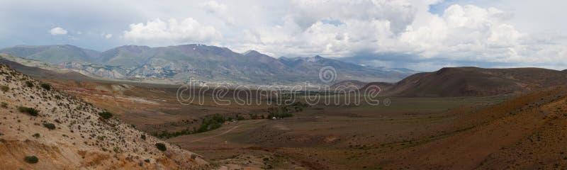 дни altai продолжают лето гор Красивейший ландшафт гористой местности Россия стоковое изображение rf