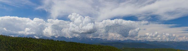 дни altai продолжают лето гор Красивейший ландшафт гористой местности Россия стоковое фото rf