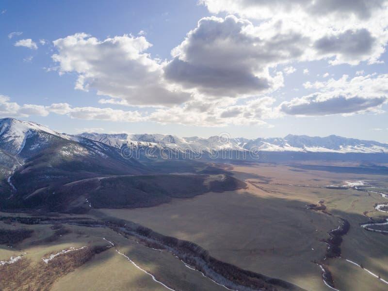дни altai продолжают лето гор Красивейший ландшафт гористой местности Россия Сибирь стоковые изображения