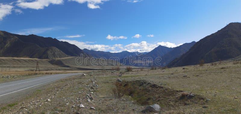 дни altai продолжают лето гор Красивейший ландшафт гористой местности Россия стоковые изображения rf