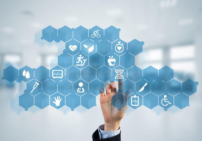 Новаторские технологии для науки и медицины в пользе женскими доктором или ученым стоковое изображение rf
