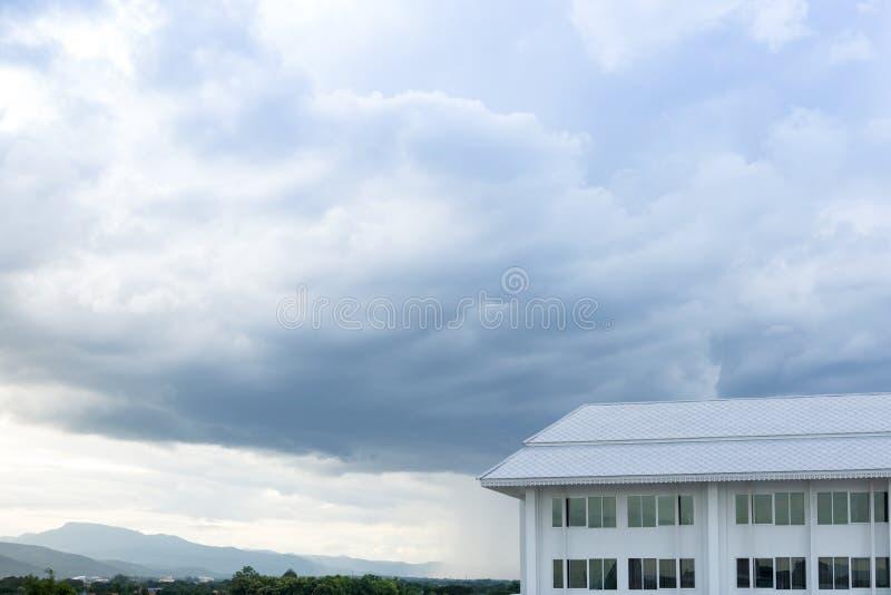 Новая архитектура здания на предпосылке ландшафта природы голубого неба стоковые фото