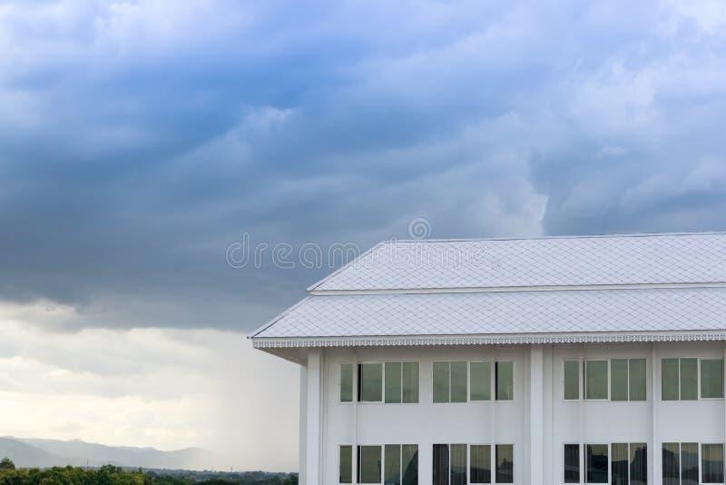 Новая архитектура здания на предпосылке ландшафта природы голубого неба стоковое изображение