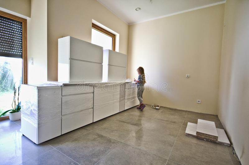 Новая белая мебель кухни стоковое изображение rf
