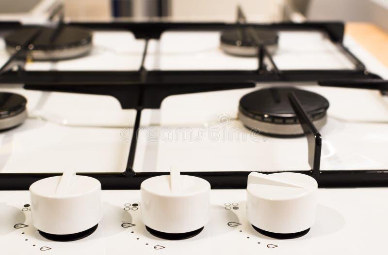 Новая белая плита с ручками на деревянном столе стоковое фото