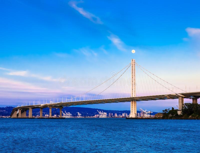 Новая восточная пядь моста и полнолуния залива стоковые изображения rf