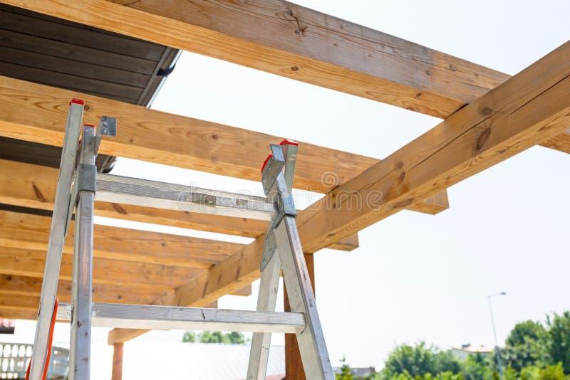 Новая деревянная терраса на крыше в саде стоковое изображение