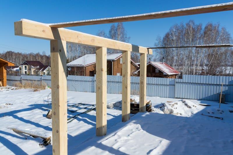 Новая домашняя конструкция обрамляя против голубого неба, конец-вверх рамки потолка Строительство стоковые изображения