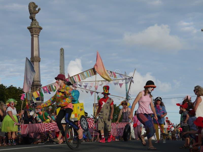 Новая Зеландия: выполнять группы клоуна парада рождества маленького города стоковое фото rf