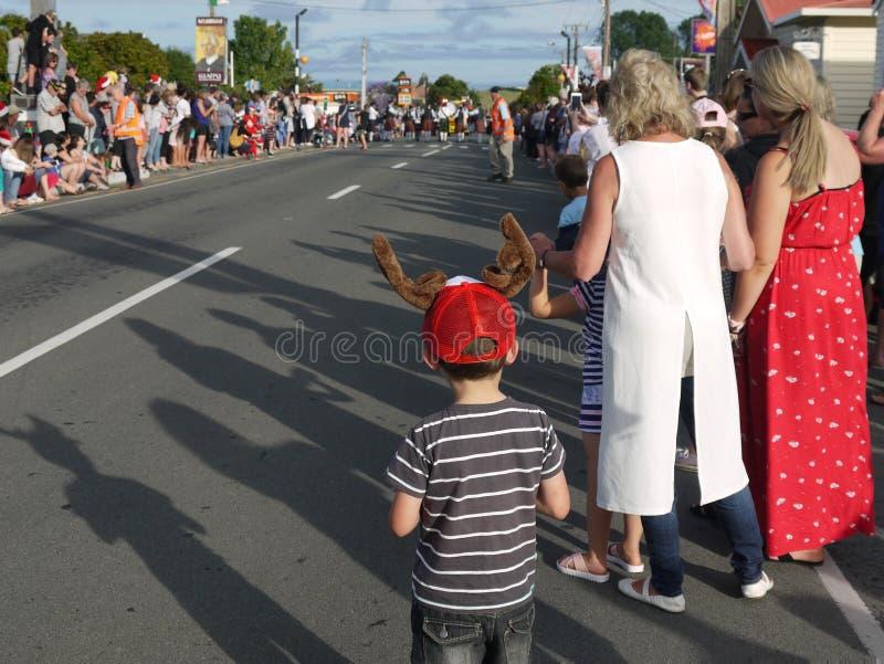Новая Зеландия: мальчик парада рождества маленького города ждать стоковые фото