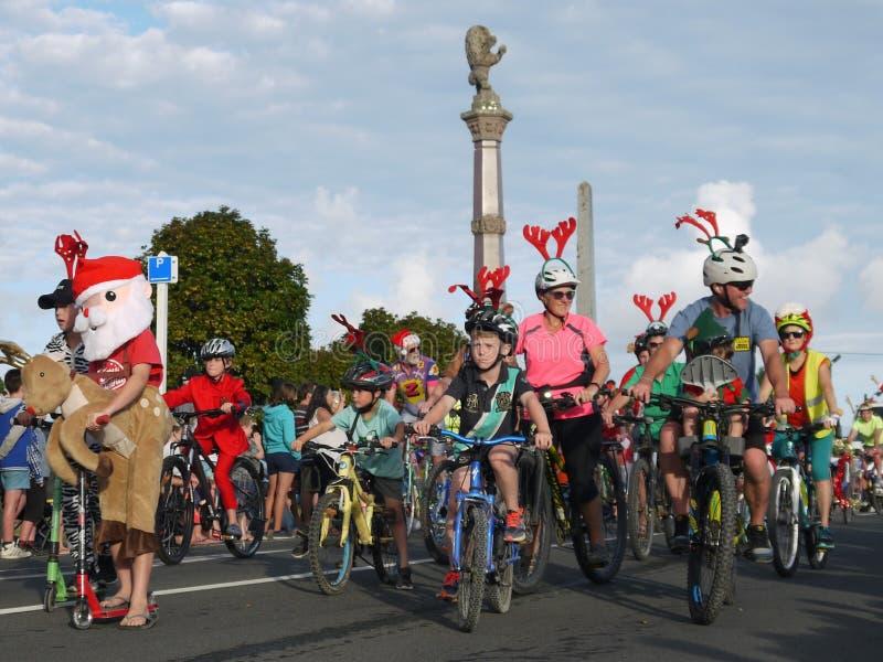 Новая Зеландия: семьи велосипедиста парада рождества маленького города стоковое фото rf