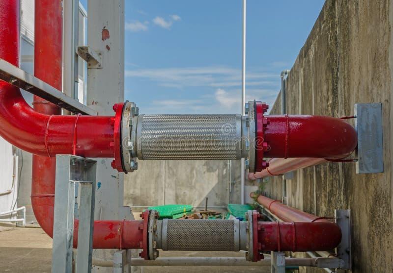Новая красная труба в энергетической системе фабрики стоковое изображение rf