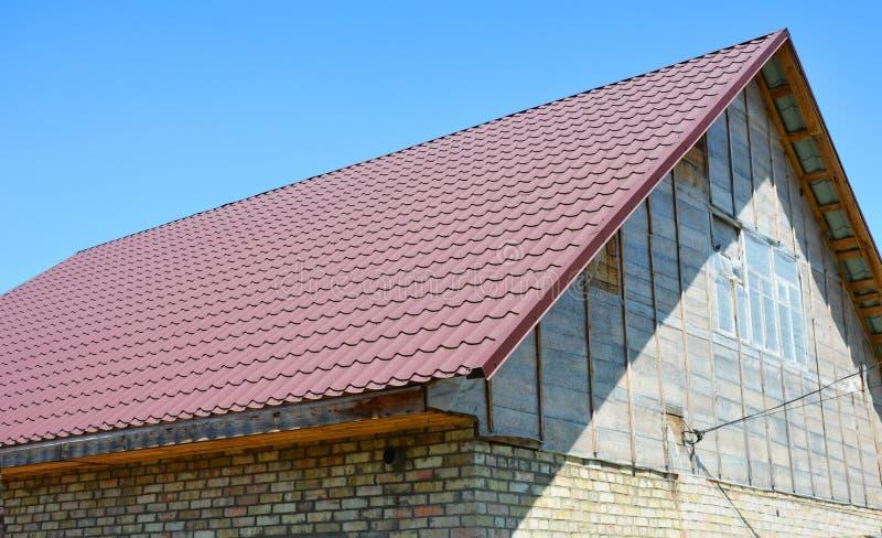 Новая металлическая крыша с чердаком стоковые фото