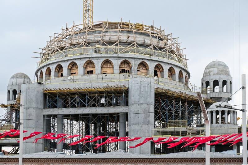 Новая мечеть будучи построенным в квадрате Стамбуле Taksim стоковая фотография