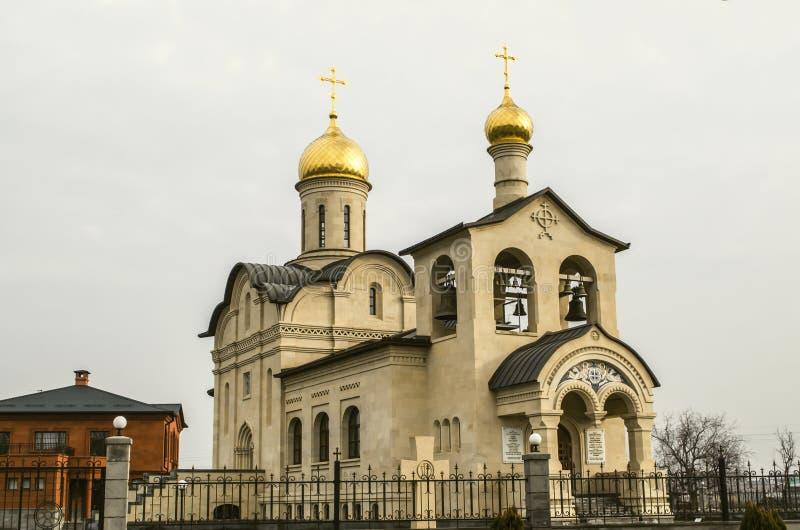 Новая православная церков церковь животворного креста церков лорда белого камня с куполами золота в Ереване на адмирале Isakov Бу стоковые фото