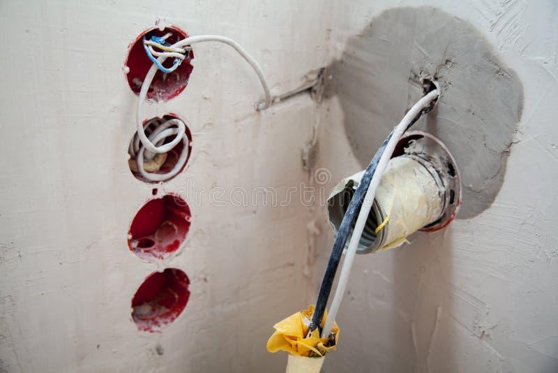 Новая проводка в стене комнаты стоковая фотография