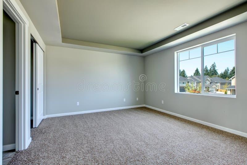 Новая пустая комната с бежевым ковром. стоковое изображение