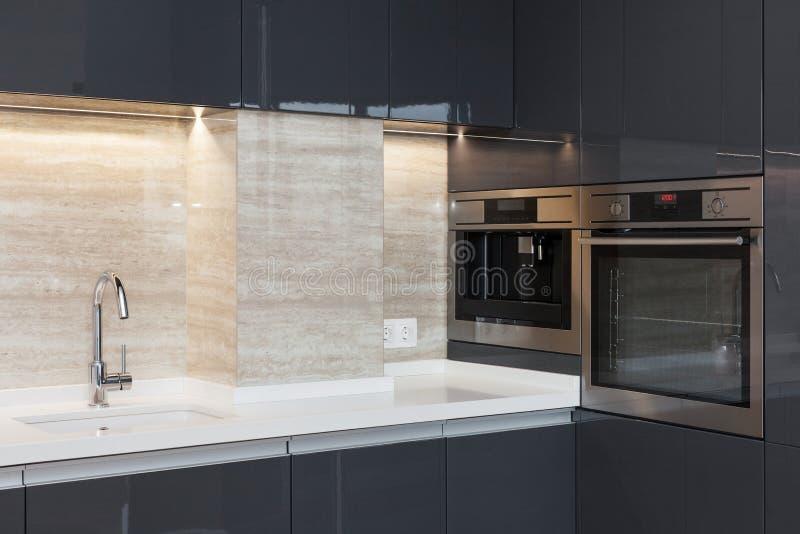 Новая современная кухня с построенный в водопроводном кране печи и хрома Освещение worktop СИД стоковое изображение