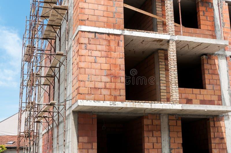 Новая строительная площадка жилого дома с концом лесов вверх стоковая фотография