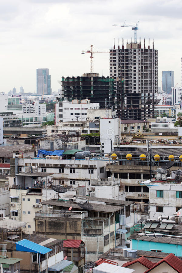 Новая строительная конструкция в тяжело переполнянной городской местности стоковое изображение